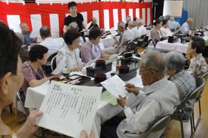 平成24年度 高崎地区敬老会 最後はみんなで「村まつり」を合唱です。