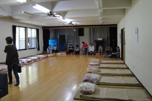 集会所のホールには畳と毛布が用意されました/高崎地区防災訓練
