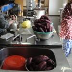 午前中から焼き芋の準備を始めました。